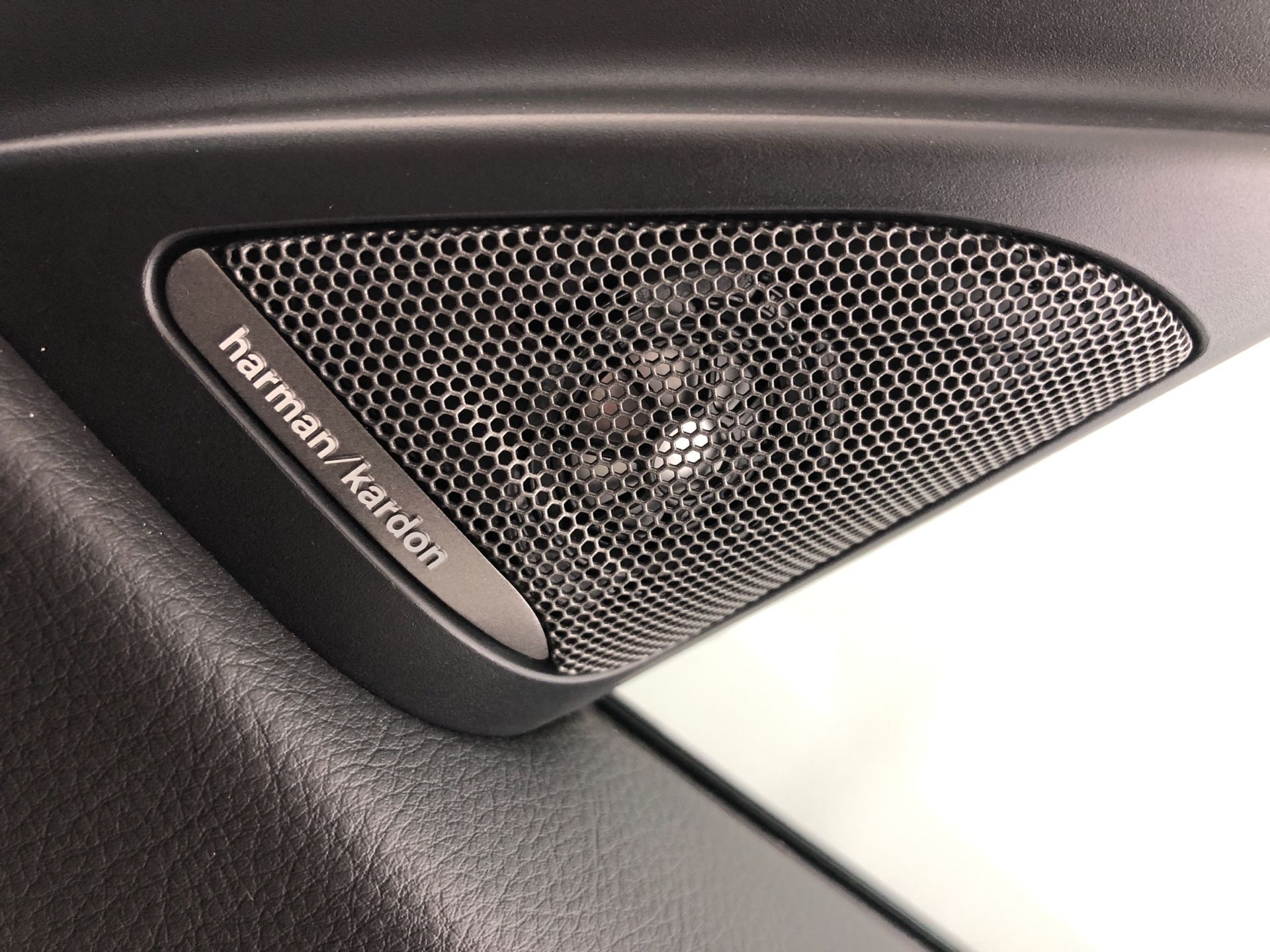 Image 12 - BMW 320d M Sport Shadow Edition Touring (YC68NAH)